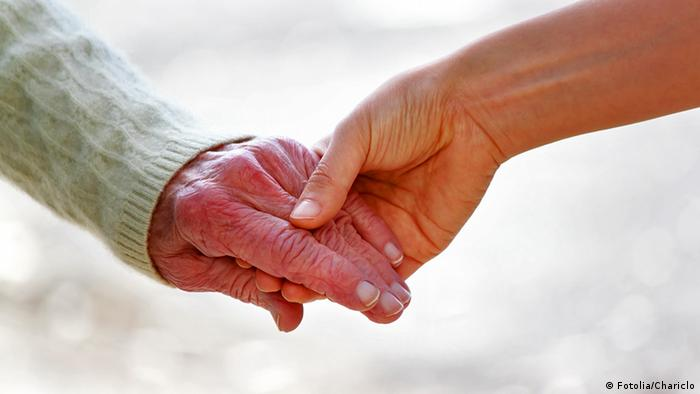 A young hand and an old hand (Foto: Fotolia)