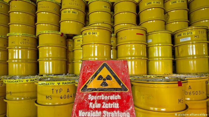 Yellow barrels of nuclear waste at a temporary storage site in Morsleben. Foto: Jens Wolf dpa pixel Schlagworte Atommüllfässer , .Umwelt , Müllfässer , .Bergbau , .Atommüll , .Atom , .Altlasten