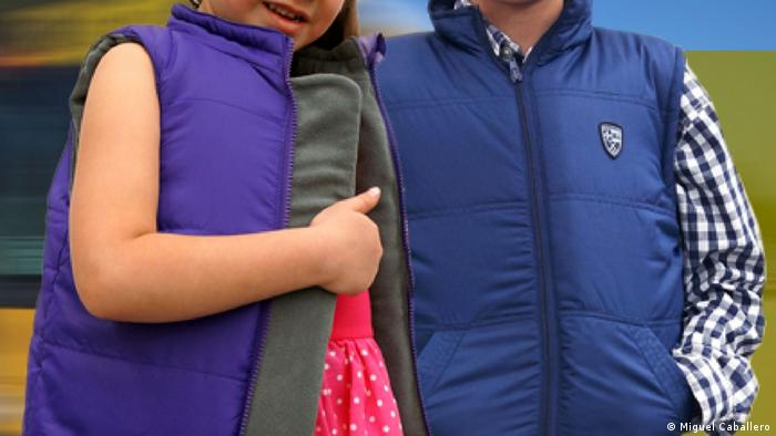 A girl in a purple vest stands next to a boy in a blue vest (Photo: delivered by Tobias Käufer)
