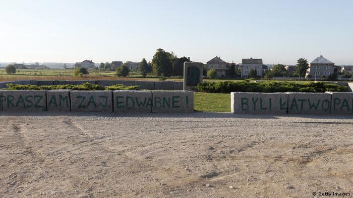 Osramoćen spomenik žrtvama Jedwabnea 2011.