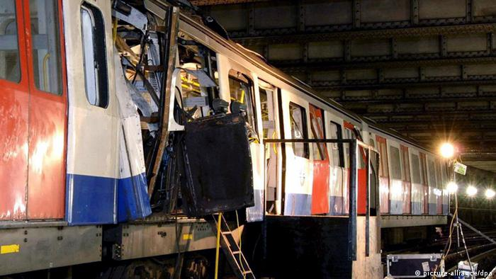 A handout photograph released by the London Metropolitan Police Saturday 09 July 2005 shows the London Underground train which was bombed at Aldgate tube station on Thursday July 7, 2005. Police revised the timing of the deadly blasts that tore through the London Underground, saying on Saturday the explosions were detonated just seconds apart. EPA/HO +++(c) dpa - Bildfunk+++