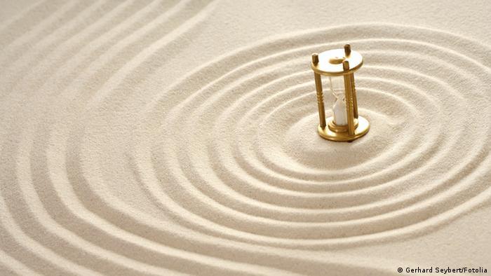 Sanduhr im Sand Symbolbild Zeit verrinnt