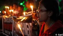 Indien Vergewaltigung Mord Frau Protest Demonstration Banner Kerzen Bikram Singh Brahma