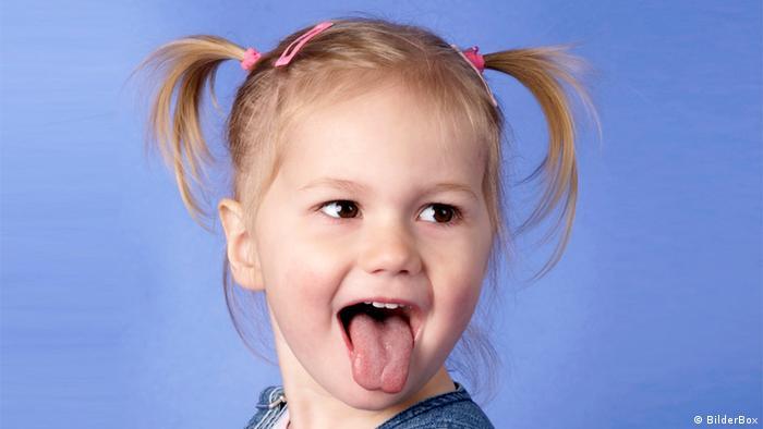 Kind steckt Zunge raus. MODELRELEASE VORHANDEN / available BilderBox-Bildagentur GmbH