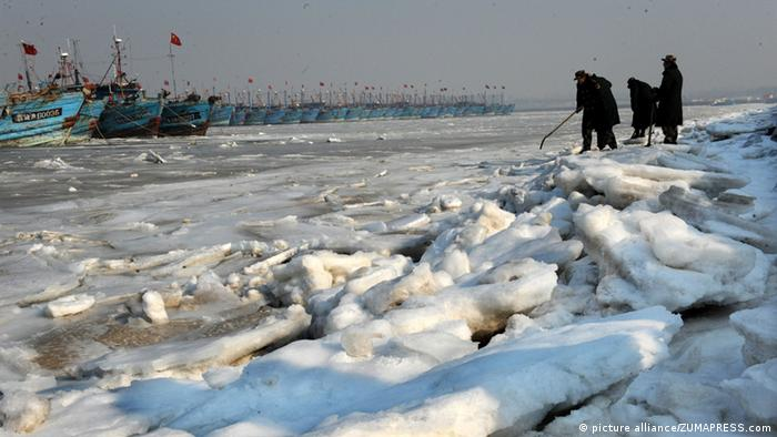 Policemen examine ice shoals at Xidayang Fishing Wharf in Qingdao, east China's Shandong Province, Jan. 5, 2013. The ice conditions in the Bohai Sea and the Yellow Sea this January may be more serious than that in the past years, forecasted by North China Sea Marine Forecasting Center of State Oceanic Administration