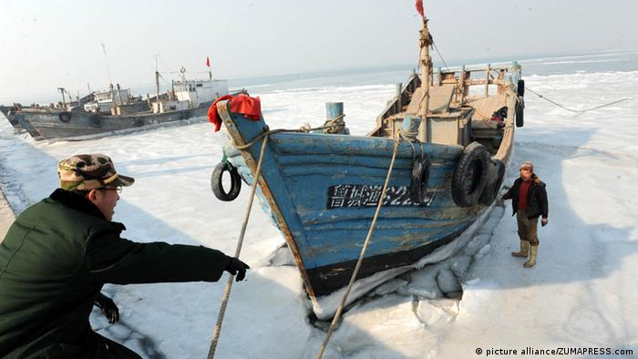 Policemen examine ice condition at Xidayang Fishing Wharf (Photo: Picture Alliance/zumapress.com)