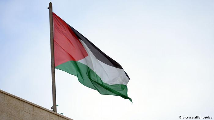 Palestinian flag flying above office of Palestinian prime minister in Ramallah Foto: Rainer Jensen/dpa pixel