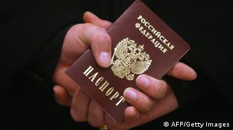 Российский паспорт в руках у человека