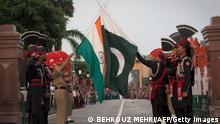 Indien Pakistan Grenze Grenzübergang Wagah Punjab Fahnenzeremonie