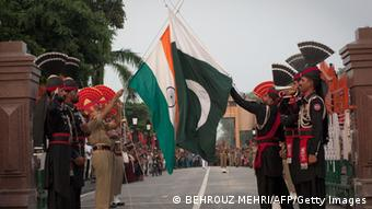 Indien Pakistan Grenze Grenzübergang Wagah Punjab Fahnenzeremonie (BEHROUZ MEHRI/AFP/Getty Images)