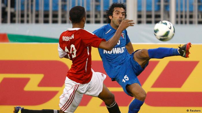 Kuwait's Waleed Ali (R) challenges Yemen's Mohammed Ahmed Buqshan during their Gulf Cup tournament soccer match in Isa Town January 6, 2013. REUTERS/Tariq AlAli (BAHRAIN - Tags: SPORT SOCCER)