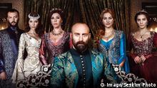 Bildnummer: 56148646 Datum: 05.10.2011 Copyright: imago/Seskim Photo Tv series Muhtesem Yuzyil Magnificent Century will be sroadcasted in 22 countries. PICTURED: OKAN YALABIK AS PARGALI IBRAHIM (L),SELMA ERGEC AS HATICE SULTAN (2L), NEBAHAT CEHRE AS HAFSA SULTAN (C) MERYEM UZERLI AS HURREM SULTAN(2 R), NUR FETTAHOG Wikipedia: Muhteşem Yüzyıl (Das prächtige Jahrhundert) ist eine historische Fernsehserie über das Leben von Sultan Süleyman dem Prächtigen. Als sie im Januar 2011 in der Türkei erstausgestrahlt wurde, löste sie im Land eine hitzige Diskussion über ihre Darstellung von Vielweiberei und Sklaverei aus.