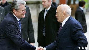 President Gauck shakes hands with Greek President Papoulias at a meeting in Berlin