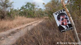 Ort: Provinz Sofala, Mosambik Fotograf: Gerald Henzinger Datum: 28.09.2009 Beschreibung: Plakat des RENAMO-Führers und Präsidentschaftskandidaten Afonso Dhlakama. Die RENAMO trat im Jahr 2009 zur Präsidentschaftswahl an. Dhlakama konnte nur 16% der Stimmen auf sich vereinigen, deutlich weniger als in den Wahlen davor. Der Stimmenanteil der RENAMO hat sich bei den letzten Wahlen stark verringert. In den neunziger Jahren wählten noch über 50% der Mosambikaner die RENAMO. Dieses Plakat wurde im Busch im Süden der zentralmosambikanischen Provinz Sofala aufgenommen.