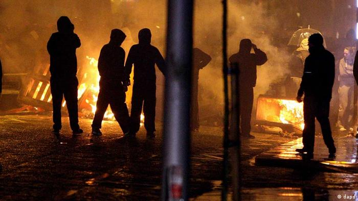 Loyalists set up burning barricades on the Newtownards Road in Belfast, a month after the City Council decided to fly the union flag on designated days only. Protesters have been out in force — with sometimes violent results — since a Dec. 3 decision by Belfast City Council to stop flying the British flag year-round. Such issues of symbolism frequently inflame sectarian passions in Northern Ireland, where Protestants mainly want to stay in the United Kingdom and Catholics want to unite with the Republic of Ireland. (Foto:PA, Paul Faith/AP/dapd) UNITED KINGDOM OUT NO SALES NO ARCHIVE PRESS ASSOCIATION Photo. Picture date: Monday January 7, 2013. See PA story ULSTER Protests. Photo credit should read: Paul Faith/PA Wire. // eingestellt von se