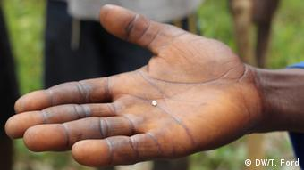 A brown hand holding a diamond Photo:T. Ford/DW