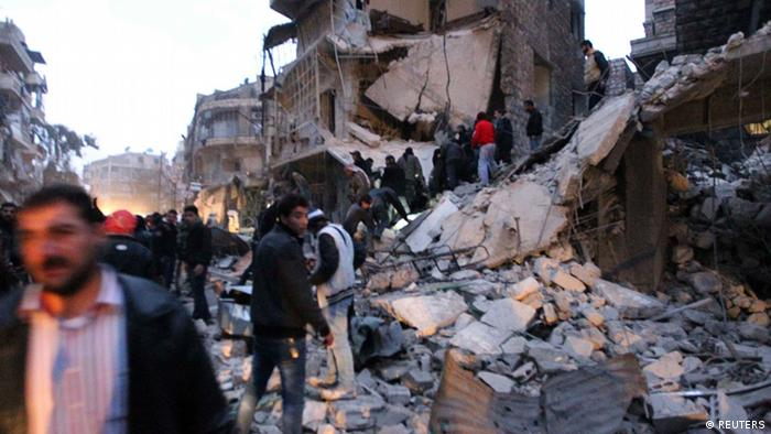 Men search for survivors under rubble after a missile hit Aleppo's al-Mashhad district January 7, 2013. REUTERS/Muzaffar Salman (SYRIA - Tags: CONFLICT)