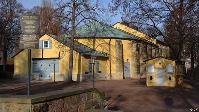 das barocke Goethe Theater in Bad Lauchstädt von außen. Das Haus wurde auf Anregung von Goethe erbaut und 1802 feierlich eröffnet. Es hat die letzten beiden Jahrhunderte erstaunlich gut überstanden und wird nach wie vor bespielt - meist am Wochenende und dann am Nachmittag. Foto: Silke Bartlick, November 2012