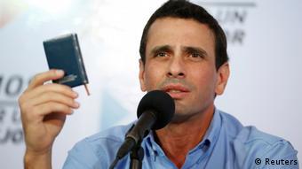 Henrique Capriles Radonski, líder político de la coalición opositora MUD, con la Carta Magna venezolana en la mano.