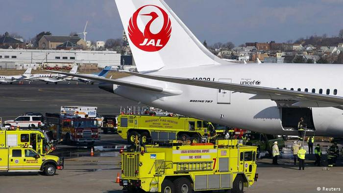 Fire trucks surround a Japan Airlines Boeing 787 Dreamliner that caught fire at Logan International Airport in Boston, Massachusetts January 7, 2013. The parked Boeing Co 787 Dreamliner aircraft with no passengers on board caught fire at Boston's Logan International Airport while parked at a gate on Monday morning, an airport spokesman said. REUTERS/Brian Snyder (UNITED STATES - Tags: TRANSPORT BUSINESS) // eingestellt von se