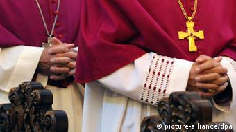 Close-up of the clasped hands of two bishops. Photo: (c) dpa - Bildfunk+++