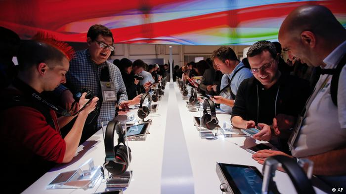 People check out smartphones at the International Consumer Electronics Show in Las Vegas (Foto:Jae C. Hong/AP/dapd).
