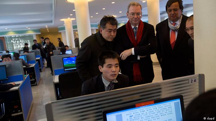 Executive Chairman of Google, Eric Schmidt, third from left, and former New Mexico governor Bill Richardson, second from right, watch as a North Korean student surfs the Internet at a computer lab during a tour of Kim Il Sung University in Pyongyang, North Korea on Tuesday, Jan. 8, 2013. Schmidt is the highest-profile U.S. executive to visit North Korea - a country with notoriously restrictive online policies - since young leader Kim Jong Un took power a year ago. (Foto:David Guttenfelder/AP/dapd)