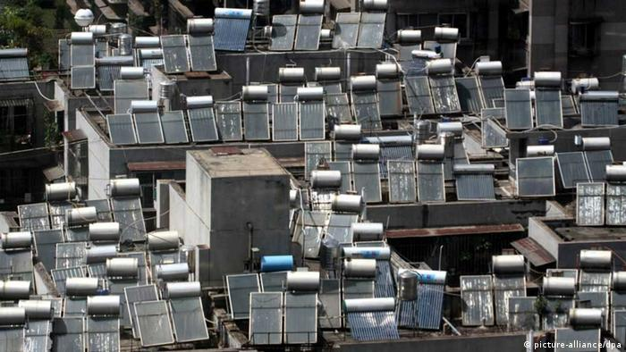 --FILE--Solar power water heaters are seen on top of residential apartment buildings in Kunming city, southwest Chinas Yunnan province, 22 August 2009. Chinese lawmakers are considering a government fund for renewable energy development, in a move to support the industry and strengthen governmental macro-economic regulation. Under the current Renewable Energy Law (2005), the State set up a special fund for renewable energy development. If the draft amendment is approved, a new fund with two sources of income will be set up, one from the special fund and one from the income deriving from surcharges on renewable energy electricity prices. According to a national plan on renewable energy development issued in September 2007, China will increase renewable resources to 15 percent of its total energy consumption by 2020, in a bid to reduce greenhouse gas emissions and sustainable economic growth. +++(c) dpa - Report+++