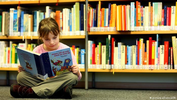 Ein Mädchen liest ein Buch in der Kinderbibliothek Frankfurt/Oder (Foto: picture-alliance/ZB)