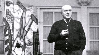 Max Beckmann in seiner Wohnung vor einem Bild