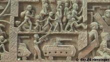 Inhaminga Fotoreportage über die zentralmosambikanische Stadt Inhaminga. Von den Gebäuden aus der Portugiesischen Kolonialzeit sind nur noch Ruinen übrig, die aber weiter bewohnt werden. Während der Endphase des Unabhängigkeitskrieges 1973-74 soll der portugiesische Geheimdienst, die PIDE, hier in der Region Massaker an der Bevölkerung begangen haben. Der Ort an dem diese Menschen in einem Massengrab verscharrt wurde ist heute mit einer Wand aus Betonziegeln eingemauert. Autor: Gerald Henzinger, www.enlumen.net, enlumen@enlumen.net. Der Fotograf tritt die Rechte an die DW ab. Bitte Copyright als: Gerald Henzinger Zulieferer: Johannes Beck Titel: Kreuzweg aus Holz Schlagworte: Inhaminga, Sofala, Mosambik, Ruine, Kreuzweg, Kirche Ort: Inhaminge, Sofala, Mosambik Fotograf: Gerald Henzinger Datum: 24.02.2011 Beschreibung: Konflikte und Kriege gehörten für mehr als zwanzig Jahre zum Leben in Inhaminga. Zuerst während des Kampfes gegen die Kolonialmacht aus Portugal, dann während des Bürgerkrieges zwischen der FRELIMO-Regierung und den RENAMO-Rebellen. Selbst der aus Holz geschnitzte Kreuzweg in der Kirche Inhamingas stellt Maschinengewehre, Panzer und flüchtende Menschen dar.