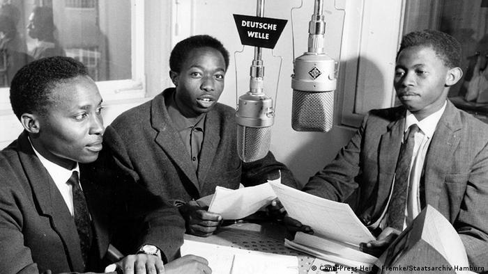 Jornalistas da DW Suaíli nos estudios em Colónia (nos anos 60)
