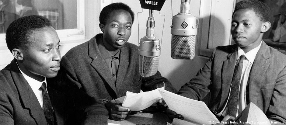 Journalisten des DW Kisuaheli Teams in Studio in Köln (um 1960).