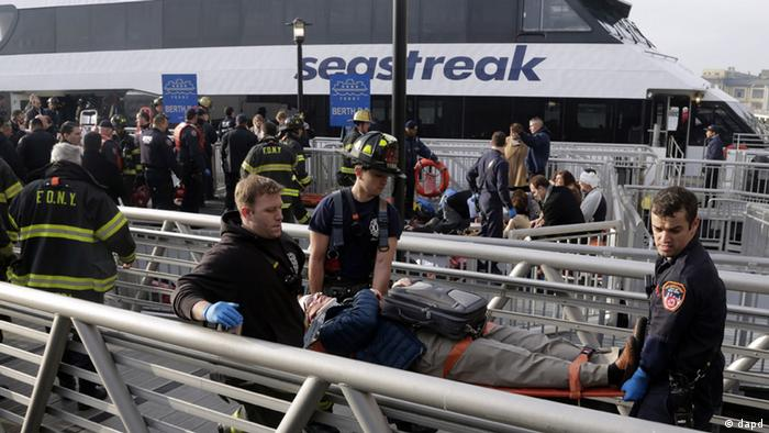 New York City firefighters remove an injured passenger of the Seastreak Wall Street ferry, in New York, Wednesday, Jan. 9, 2013. (Foto:Richard Drew/AP/dapd)