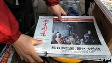 A vendor adjusts a stack of latest edition of Southern Weekly newspaper at a newsstand near the headquarters of the newspaper in Guangzhou, Guangdong province, China Thursday, Jan. 10, 2013. The influential weekly newspaper whose staff rebelled to protest heavy-handed censorship by China's government officials published as normal Thursday after a compromise that called for relaxing some intrusive controls but left lingering ill-will among some reporters and editors. (Foto: Vincent Yu/AP/dapd)