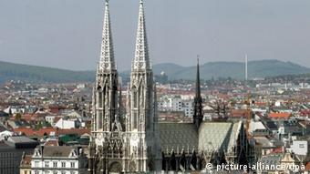 The two tall spires of the chalk-colored Votive Church dominate the cityscape of Vienna. (Photo: Votava / dpa)