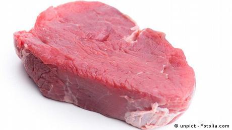 Eine Scheibe rohes Fleisch