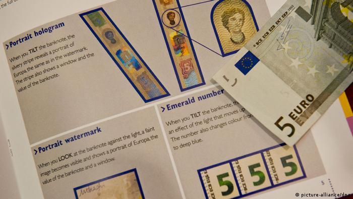Los nuevos billetes de cinco euros tienen diferentes características de identificación.