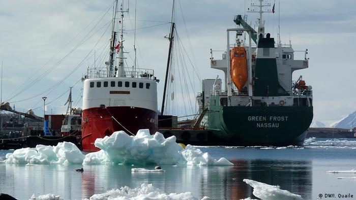Ein Transportschiff vor Spitzbergen, 2010 (Foto: Irene Quaile)