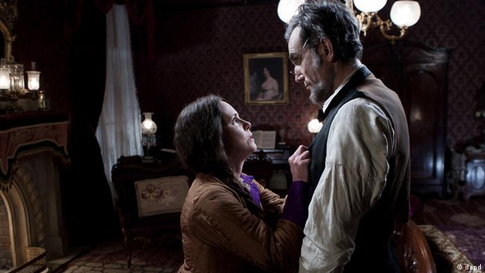 This image released by DreamWorks II Distribution Co., LLC and Twentieth Century Fox Film Corporation shows Sally Field and Daniel Day-Lewis appear in a scene from Lincoln. Fields was nominated for an Academy Award for best supporting actress and Lewis was nominated for best actor on Thursday, Jan. 10, 2013, for their roles in ?Lincoln.? The 85th Academy Awards will air live on Sunday, Feb. 24, 2013 on ABC (Foto:DreamWorks II Distribution Co., LLC and Twentieth Century Fox Film Corporation, David James/AP/dapd)