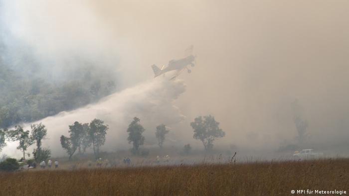 Plane flies over burning bushland. (Photo: Copyright: MPI für Meteorologie)