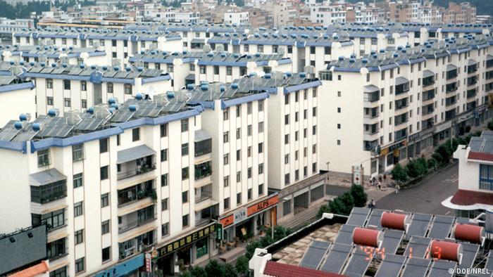 Warmwasserkollektoren auf den Dächern in Kunming (China). (Foto: DOE/NREL)