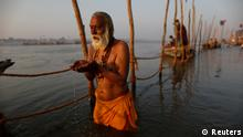 A Hindu prays in the waters of the Ganges river(Foto: Reuters)