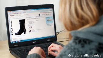 Eine Frau beim Online Shopping Foto: Laurin Schmid/dpa
