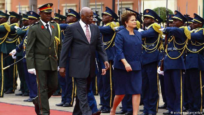 Dilma Rousseff zu Besuch in Angola (picture-alliance/dpa)