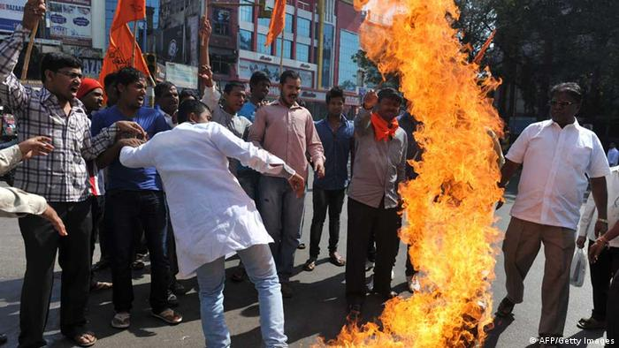 Indian activists of Vishwa Hindu Parishad burn Pakistani national flags (Photo: NOAH SEELAM/AFP/Getty Images)