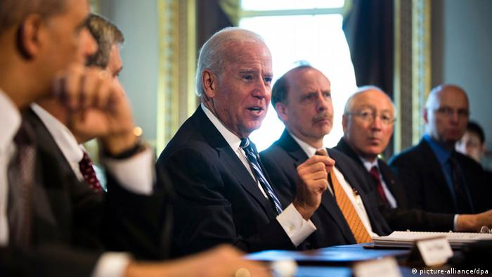 epa03530248 US Vice President Joe Biden (C) meets with advocates for sportsmen and wildlife interest groups in the Eisenhower Executive Office Building in Washington DC, USA, 10 January 2013. The meeting is a part of the Obama administration's effort to develop policy proposals in response to the 14 December 2012 Sandy Hook Elementary School shooting in Newtown, Connecticut. EPA/JIM LO SCALZO +++(c) dpa - Bildfunk+++