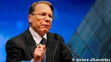 epa03181781 Wayne LaPierre, executive vice-president of the National Rifle Association, addresses those attending the NRA's Celebration of American Values Leadership Forum during the 2012 National Rifle Association Meetings and Exhibits in Saint Louis, Missouri USA 13 April 2012. Also speaking at the forum were Republican Presidential candidates Gov. Mitt Romney and Speaker Newt Gingrich as well as former Presidential candidate Sen. Rick Santorum. EPA/SID HASTINGS +++(c) dpa - Bildfunk+++