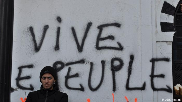 Tunisian protester with sign Bild: DW/S.Mersch