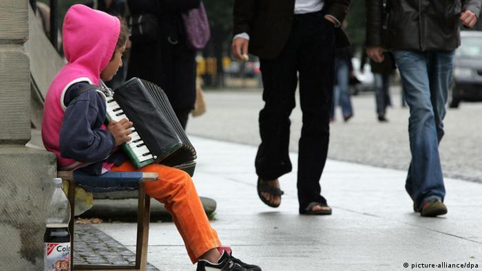Girl on bench playing harmomnica Foto: Rainer Jensen (zu dpa 0184 vom 07.07.2009) +++(c) dpa - Bildfunk+++